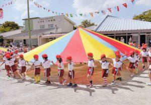 輪になって踊る幼稚園児